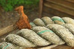 Cuerda y martillo viejo Foto de archivo libre de regalías