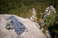 Cuerda y zapatos que suben encima de la roca foto de archivo libre de regalías
