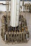 Cuerdas altas de la vela de la nave y pernos que amarran Foto de archivo