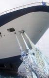 Cuerdas azules al barco de cruceros azul y blanco Fotografía de archivo