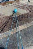 Cuerdas azules al bolardo azul Imágenes de archivo libres de regalías