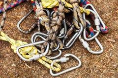 Cuerdas con los mosquetones para el seguro Foto de archivo libre de regalías