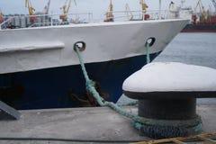 Cuerdas de barco, nave Amarrando el poste en la costa, elemento para amarrar las naves en el puerto, seguridad fotografía de archivo libre de regalías