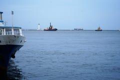 Cuerdas de barco, nave Amarrando el poste en la costa, elemento para amarrar las naves en el puerto, seguridad imagen de archivo
