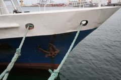 Cuerdas de barco, nave Amarrando el poste en la costa, elemento para amarrar las naves en el puerto, seguridad imagenes de archivo