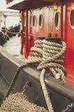 Cuerdas de barco rojas de Tugg Imagen de archivo libre de regalías