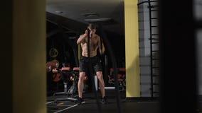 Cuerdas de lucha de la aptitud en el ejercicio de la aptitud del entrenamiento del gimnasio almacen de metraje de vídeo