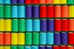 Cuerdas de rosca clasificadas del hilado colorido Fotografía de archivo
