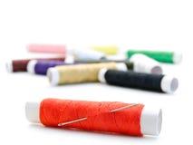 Cuerdas de rosca con una aguja Imagen de archivo libre de regalías