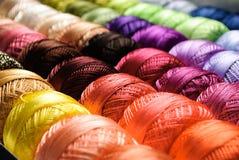 Cuerdas de rosca del color imagen de archivo
