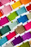 Cuerdas de rosca multicoloras del algodón Foto de archivo libre de regalías