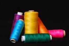 Cuerdas de rosca para coser Imágenes de archivo libres de regalías