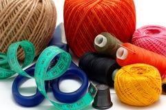 Cuerdas de rosca y aguja Imagen de archivo libre de regalías
