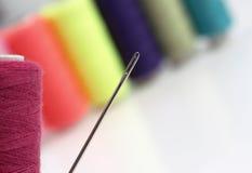Cuerdas de rosca y aguja coloridas Foto de archivo