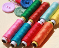 Cuerdas de rosca y botones coloridos Foto de archivo libre de regalías