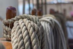 Cuerdas del barco atado a la madera fotografía de archivo libre de regalías