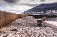 Cuerdas en el embarcadero concreto en el puerto Fotos de archivo