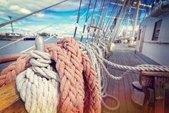 Cuerdas en un velero Foto de archivo libre de regalías