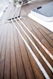Cuerdas encendido a bordo del yate foto de archivo libre de regalías