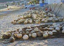 Cuerdas sucias de boyas en una playa en Croacia fotos de archivo libres de regalías