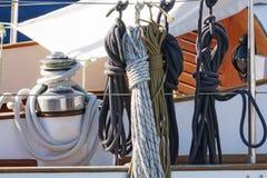 Cuerdas y accesorios en un velero Imagen de archivo