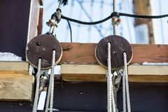 Cuerdas y bloques en la cubierta de un velero y de un barco de pesca Foto de archivo libre de regalías