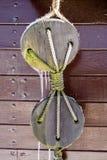 Cuerdas y bloques en la cubierta de un velero y de un barco de pesca Imagenes de archivo