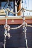 Cuerdas y bloques en la cubierta de un velero y de un barco de pesca Imágenes de archivo libres de regalías