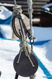 Cuerdas y bloques en la cubierta de un velero y de un barco de pesca Imagen de archivo libre de regalías
