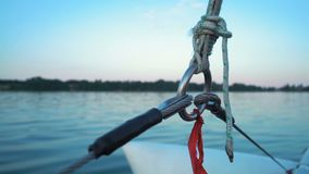 Cuerdas y cuerda que sostienen el palo que va en el río del barco almacen de metraje de vídeo