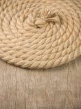 Cuerdas y nudo de la nave en la madera Fotos de archivo