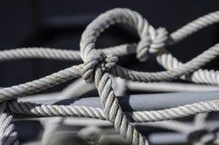 Cuerdas y nudos marinos fotos de archivo