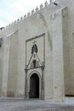 Cuernavaca-Kathedralen-Seitentür mit den gekreuzten Knochen Stockfotos