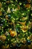 Cuerno de oro de las decoraciones del árbol de navidad Foto de archivo