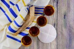 cuerno del shofar en el talit blanco del rezo Sitio para el texto concepto judío del día de fiesta del hashanah del rosh símbolo  Imagen de archivo