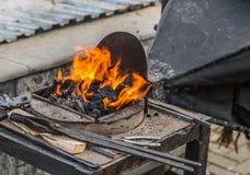 Cuerno heated con los carbones rojos Fotografía de archivo libre de regalías