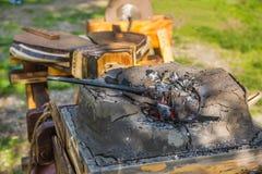 Cuerno heated con los carbones rojos Foto de archivo libre de regalías