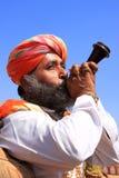 Cuerno que sopla del hombre indio durante la competencia de Sr. Desert, Jaisalmer, Imagen de archivo libre de regalías