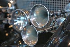 Cuernos brillantes de un coche Foto de archivo