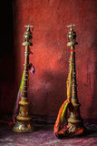 Cuernos budistas del rezo en monasterio tibetano fotos de archivo libres de regalías
