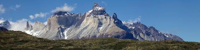Cuernos del Paine och Torres del Paine sikt från sjön Pehoe i den Torres del Paine nationalparken, Magallanes region, sydliga Chi Arkivfoto