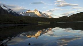 Cuernos del Paine reflekterade i Pehoe sjön i chilensk Patagonia royaltyfria foton