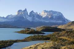 Cuernosen del Paine Horn av Paine och sjön Pehoe i den Torres del Paine nationalparken Royaltyfri Foto