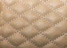 cuero artificial acolchado de la textura, cosido con el hilo para Imagen de archivo