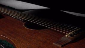 Cuero de la abertura seis cajas de la guitarra de la secuencia Concepto de la seguridad, de la protección, del principio o del fu almacen de video