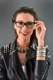 Cuero y accesorios que llevan sonrientes de moda hermosos de la mujer Fotografía de archivo