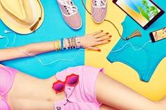 Cuerpo atractivo de la mujer joven Ropa de moda elegante determinada Mirada de la playa Imágenes de archivo libres de regalías