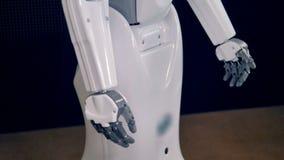 Cuerpo biónico del robot El robot se mueve las manos almacen de metraje de vídeo