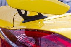 cuerpo brillante amarillo de un sportscar alemán fotos de archivo