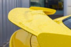cuerpo brillante amarillo de un sportscar alemán imagen de archivo libre de regalías